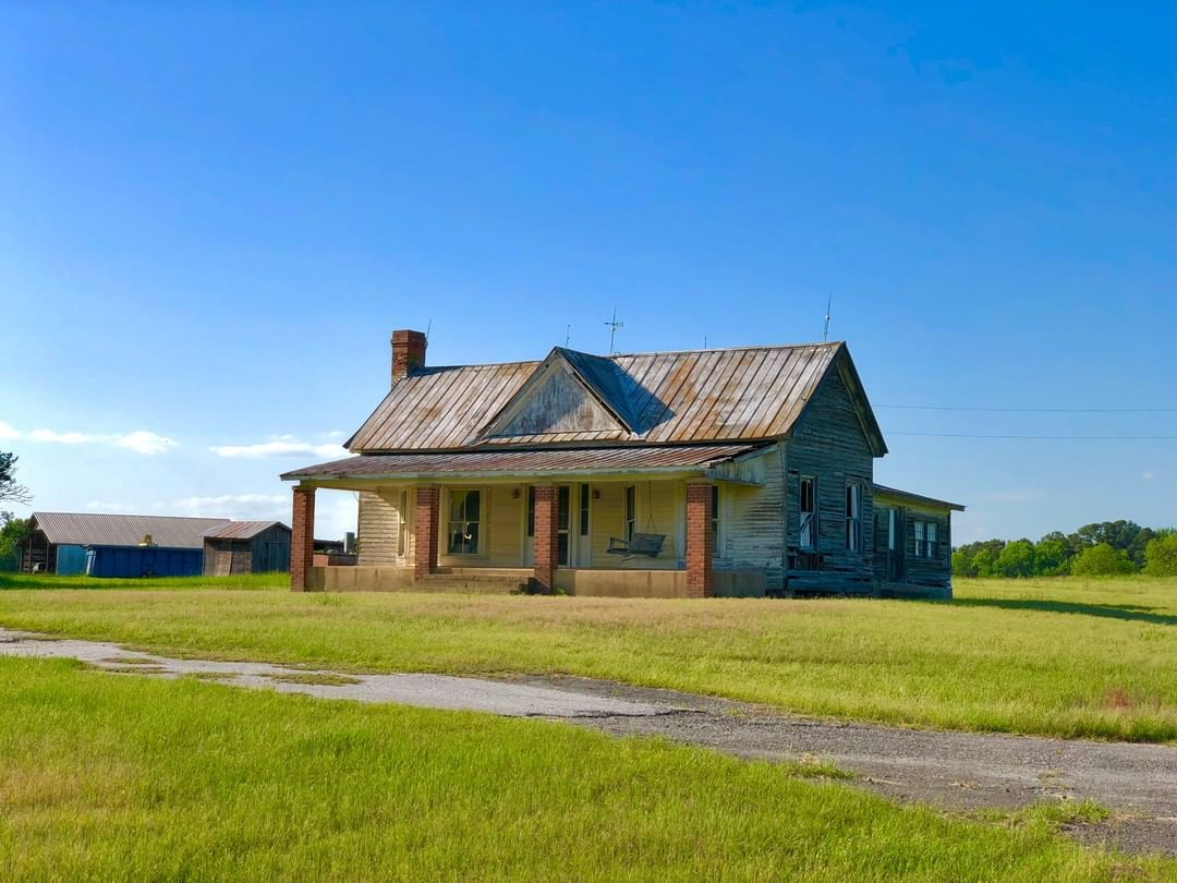 This rustic house is located at Suber Rd and SC-284 in the Antreville area of Abbeville County. The house appears to be early 20th century and looks like it was looks as if was abandoned in the 1980s