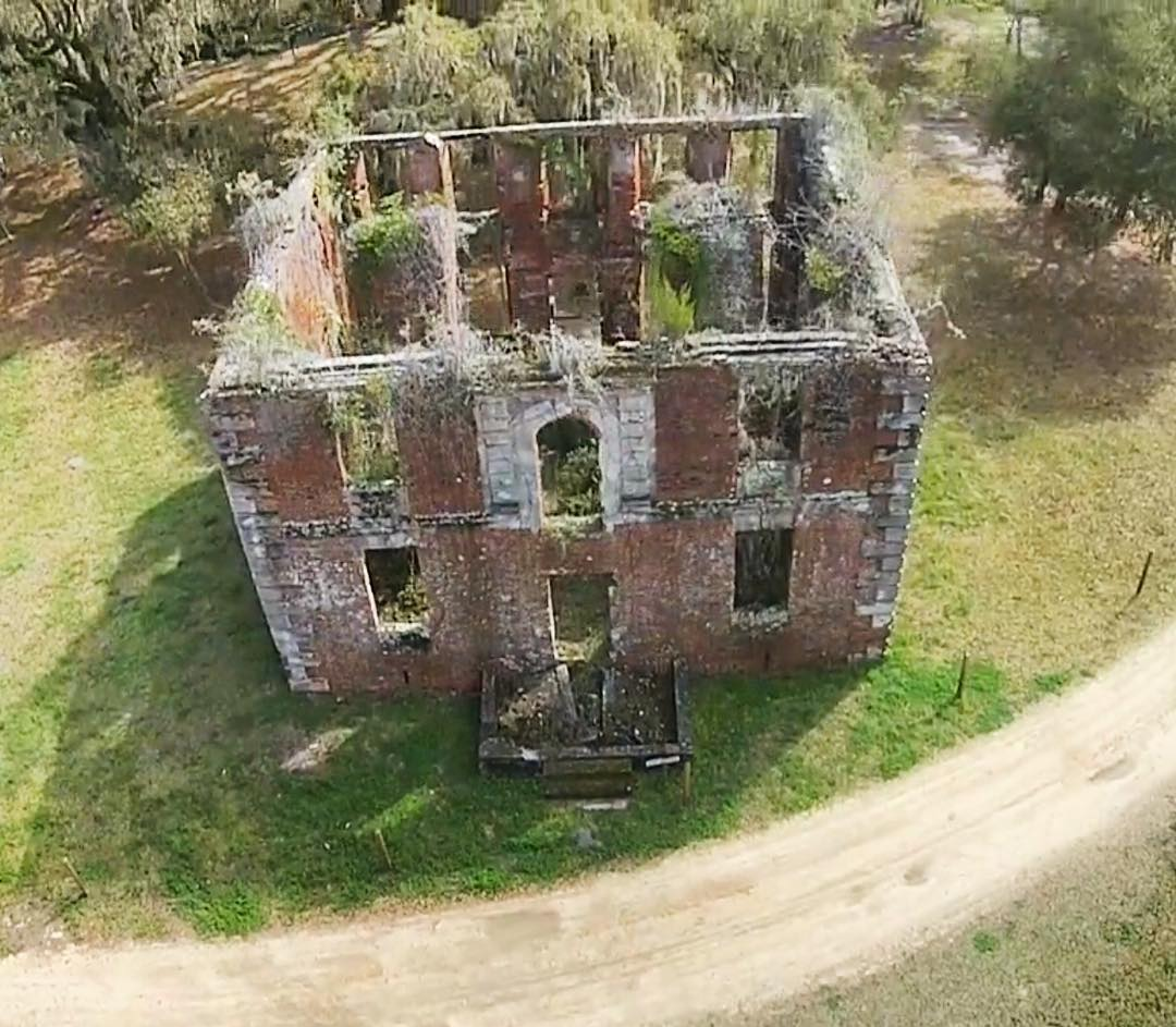 The old brick house is believed to have been built in 1725 by Paul Hamilton. The Jenkins family acquired the estate in 1798. In 1929, a fire gutted the interior. 📸: Brick House on Vimeo