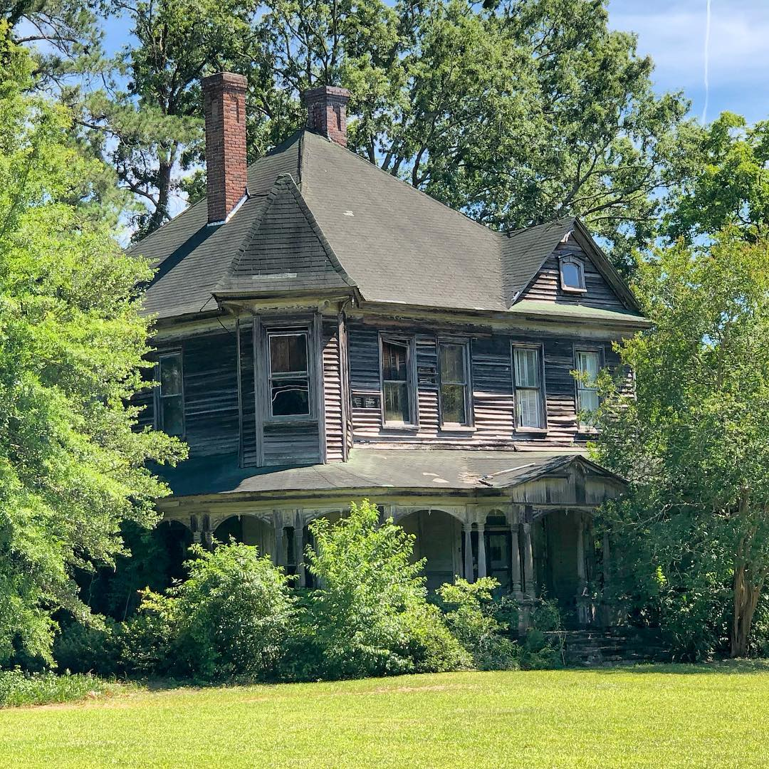 This Queen Anne style house was built in 1901 by German immigrant Emanuel Sternberger. This house is known as the Sternberger-Welch-Hamer House
