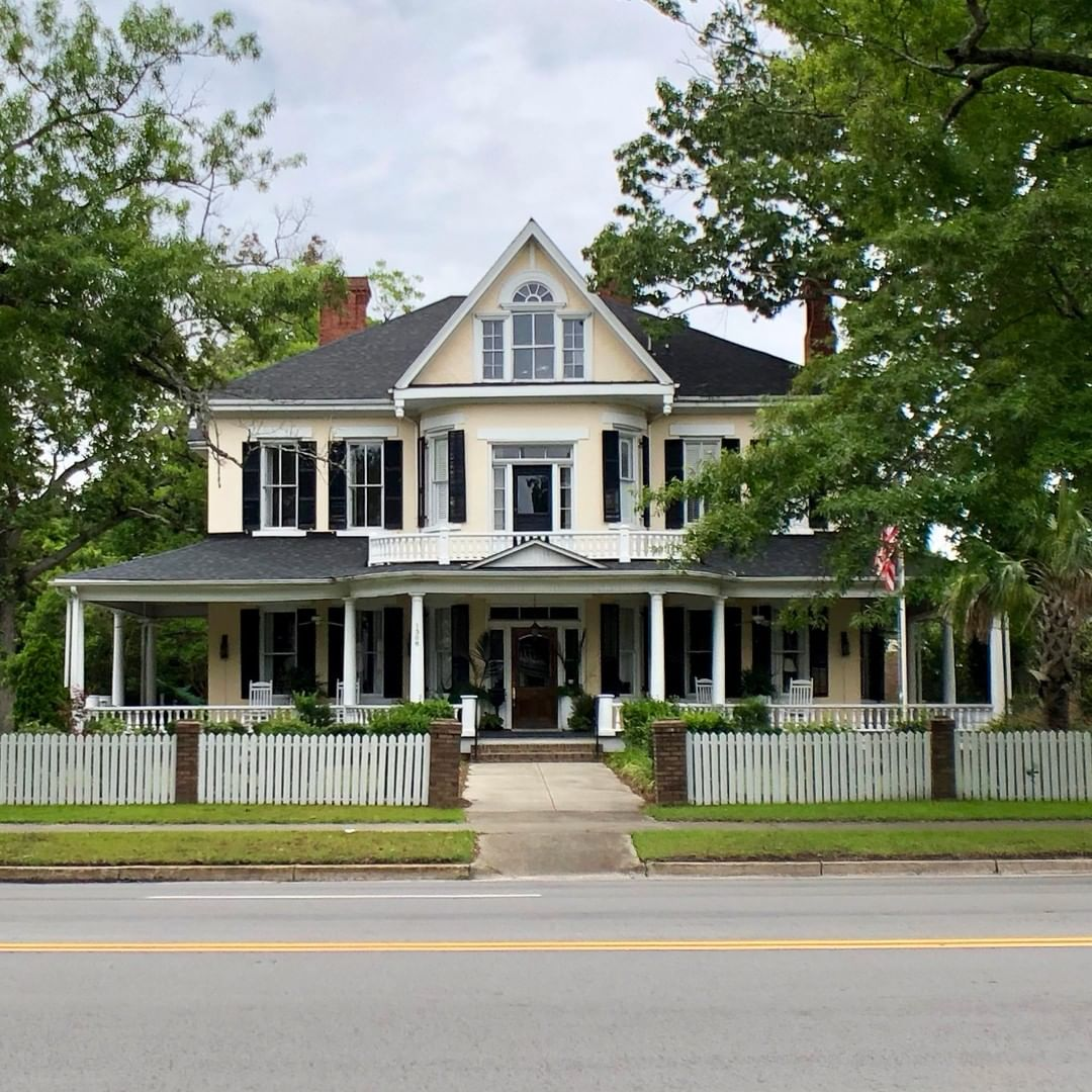 The McLean House was built in 1890 by Thomas McLean. The house was used as a boarding school for young women and later was part of the Greenleaf Inn Bed and Breakfast (located across Broad street