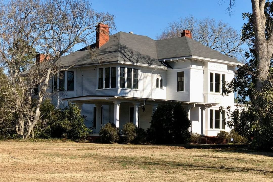 The John Alexander Fant House was built in 1901, by Fant. W.T. Downing was the architect. Fant started the Monarch Mills in 1900 at Union, SC. Unfortunately, Fant died suddenly in 1907 during his prime