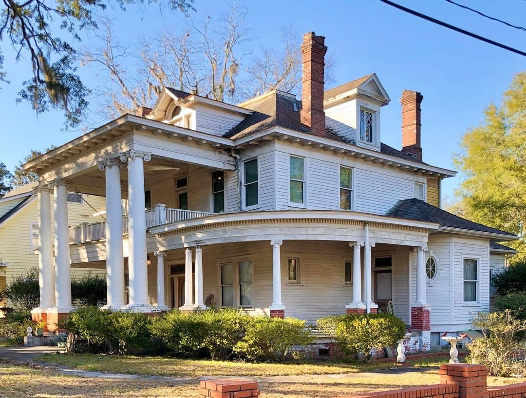 The von Lehe House was built in 1914 by a northern lawyer in 1914. This was the home of John D. von Lehe, a farmer and merchant. Von Lehe was born in Oconee County and moved to Walterboro after purchasing the Rock Spring Plantation in the 1900s